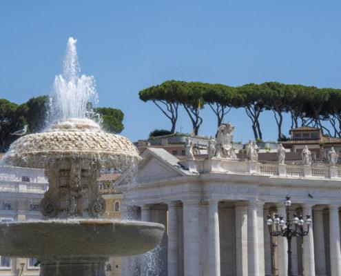 Watykan, Vatican, columns, tourist attraction, fountain, trees, blues sky, fontanna, drzewa, niebieskie niebo, zabytek, miejsce święte