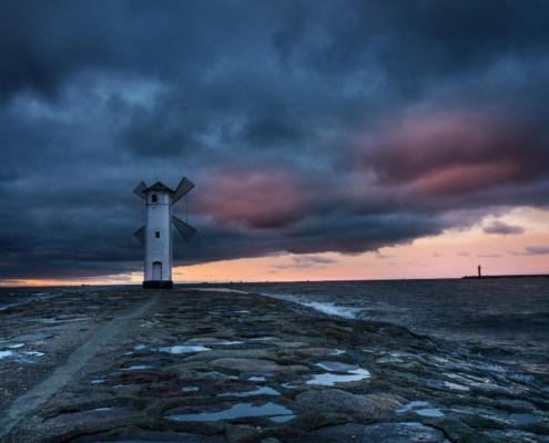 Świnoujście Stawa Młyny wiatrak morze bałtyckie wybrzeże woda chmury zachód słońca wyspa plaża ciemno